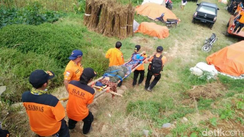 3 Perempuan Pendaki Gunung Sumbing Dievakuasi karena Sakit