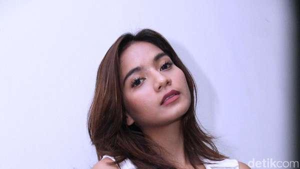 Julie Estelle Sexy in Red, Mikha Tambayong Pamer Perut Langsing