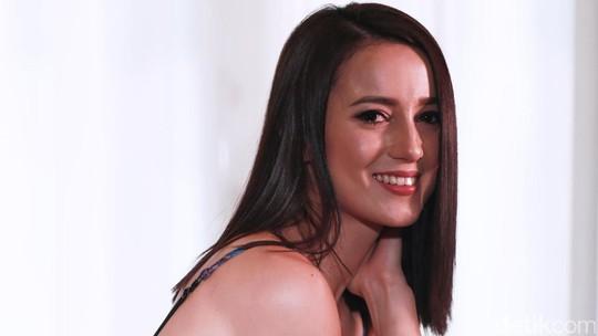 Julie Estelle Sexy in Red!