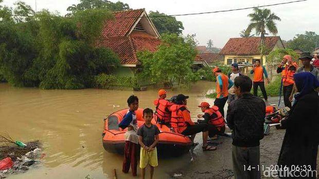 Upaya evakuasi banjir di Karawang, Senin (14/11/2016)