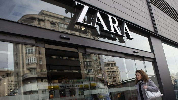 BUCHAREST, ROMANIA - MARCH 08:  A woman enters a Zara clothing store on March 8, 2013 in Bucharest, Romania. Both Romania and Bulgaria have been members of the European Union since 2007 and restrictions on their citizens right to work within the EU are scheduled to end by the conclusion of this year. However, Germanys interior minister announced recently that he would veto the two countries entry into the Schengen Agreement, which would not affect labour rights but would prevent passport-free travel.  (Photo by Sean Gallup/Getty Images)