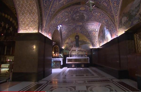 The Holy Sepulchre Church dikenal juga sebagai situs Golgota dan diyakini sebagai tempat terakhir jalur Via Dolorosa alias jalan penderitaan. Kunci dari situs suci itu ternyata dijaga oleh dua keluarga Muslim selama ratusan tahun (CNN)