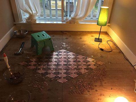 Wanita Ini Lapisi Lantai Rumahnya dengan 13 Ribu Koin 1 Sen
