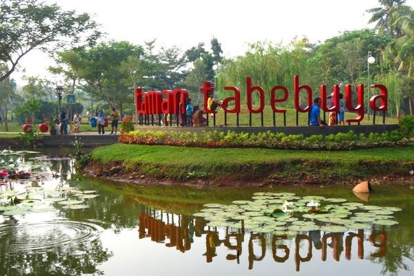 Taman Tabebuya memilki jalan yang cukup luas hingga enak bila digunakan untuk jogging atau jalan santai. Fasilitas di taman ini diantaranya tiolet, area parkir, dan gazebo untuk santai-santai. ( Fitraya Ramadhanny)