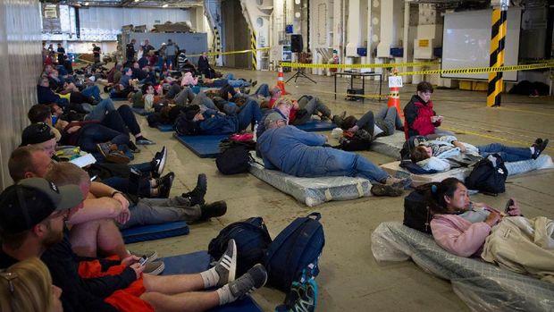 Turis dan warga dievakuasi dengan kapal militer Selandia Baru