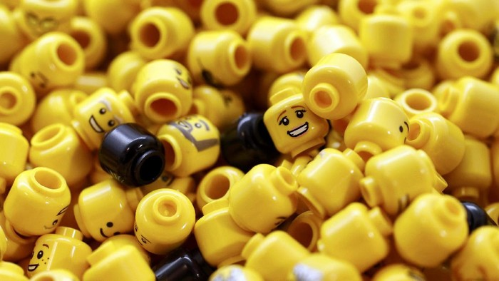Mainan bongkah plastik Lego dijadikan bahan untuk membuat tangan bionik. (Foto ilustrasi: Reuters/Stefan Wermuth)