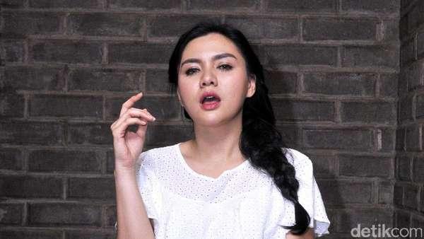 Vicky Shu Makin Seksi dengan Rambut Kepang