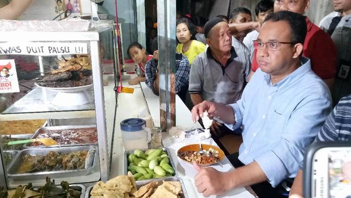 Anies Baswedan makan di warteg saat blusukan