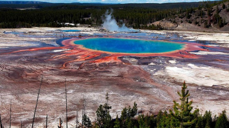 The Grand Prismatic Spring, the largest in the United States and third largest in the world, is seen in Yellowstone National Park, Wyoming, June 22, 2011. Picture taken June 22, 2011. REUTERS/Jim Urquhart/File Photo