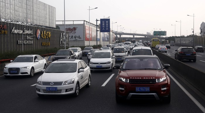Kendaraan terjebak kemacetan di kawasan Kota Suzhou, China, Selasa (15/11/2016). Kota industri ini memiliki jumlah kendaraan bermotor melebihi 2 juta unit.