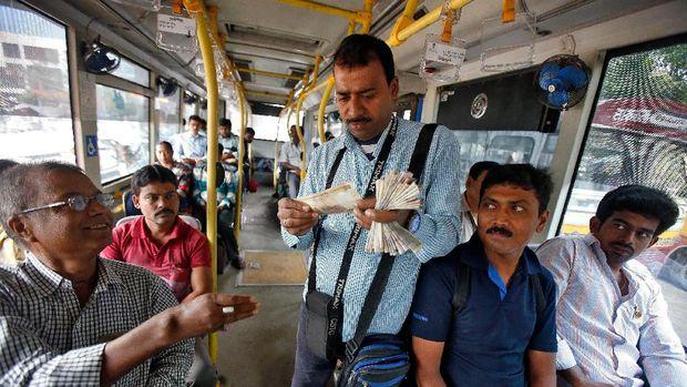 Ilustrasi pekerja di India akan bolos kerja demi bisa menyaksikan Piala Dunia 2018.