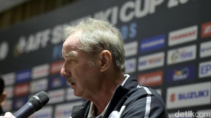 Pelatih timnas Indonesia, Alfred Riedl, dalam konferensi pers