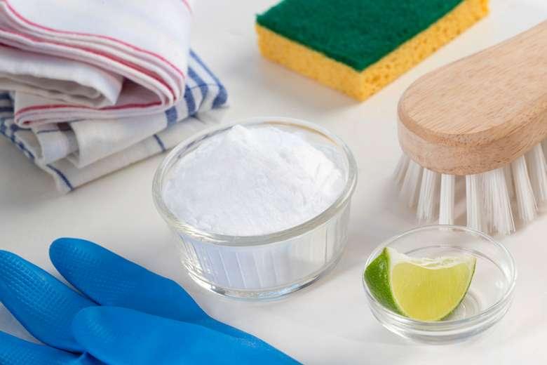 Cobalah rendam kaki ke dalam mangkuk berisi campuran cuka dan air dengan rasio 1:2. Foto: iStock