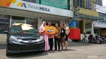 Bank Mega Serahkan Hadiah Mobil dan Motor Matik untuk Nasabah di Surabaya