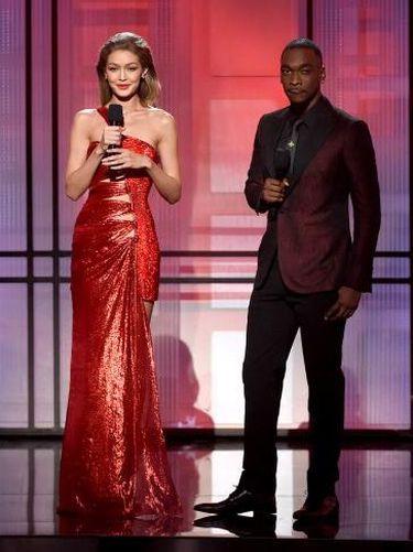 Foto: Pakai 6 Gaun Berbeda, Pesona Gigi Hadid Jadi Host American Music Awards