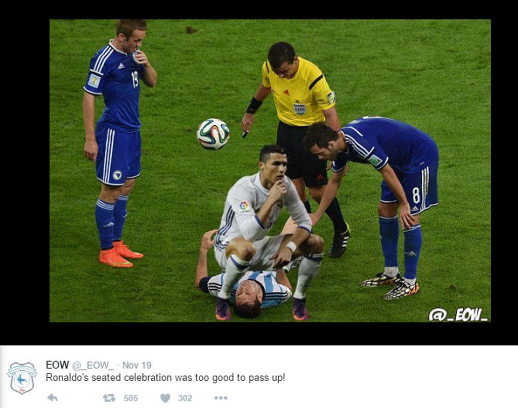 Saat merayakan gol kedua ke gawang Atletico, Ronaldo langsung bergaya jongkok semacam ini dan menjadi bahan meme. Di sini tampak dia menduduki Lionel Messi. Foto: Istimewa