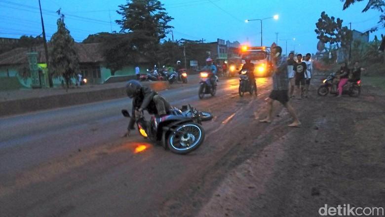 Pemotor Jatuh di Pantura. Foto: Robby Bernardi/detikcom