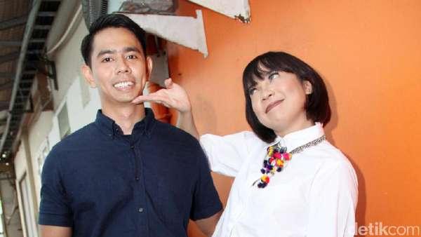 Pose Kocak Fitri Tropica dan Suami, Couples Goals?