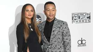 Seksinya Istri John Legend di Red Carpet Oscar 2015