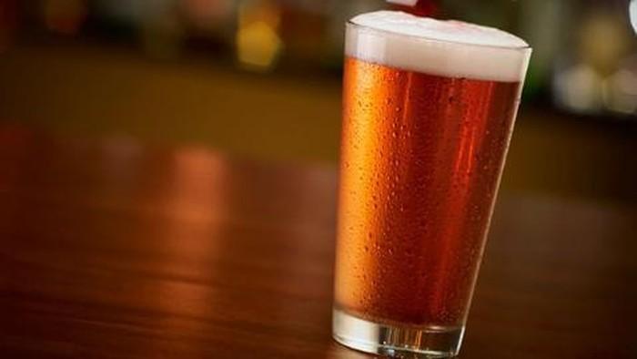 Dalam takaran yang tepat, minuman alkohol bisa menurunkan risiko diabetes. Foto: GettyImages/SeriousEat
