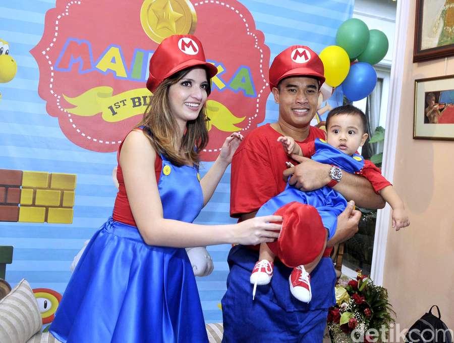 Cantiknya Nia Ramadhani Berkostum Mario Bros