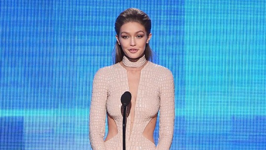 Love It! Deretan Penampilan Gigi Hadid di AMA 2016