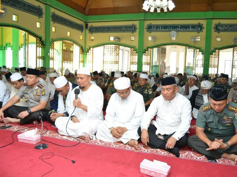 Foto: Ustad Arifin Ilham di Mapolres Depok
