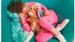 Demi meningkatkan kesadaran akan kanker pada anak, seorang fotografer membagikan realita foto-foto putrinya ketika berjuang melawan neuroblastoma.