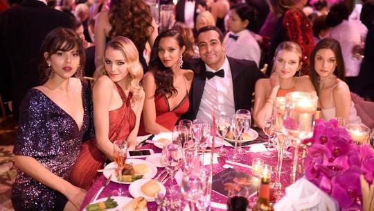 Jangan Iri! Senangnya Produser Arab Saudi ini Dikelilingi Model-Model Cantik