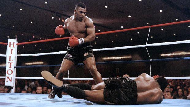 Mike Tyson saat mengalahkan Trevor Berbick. (