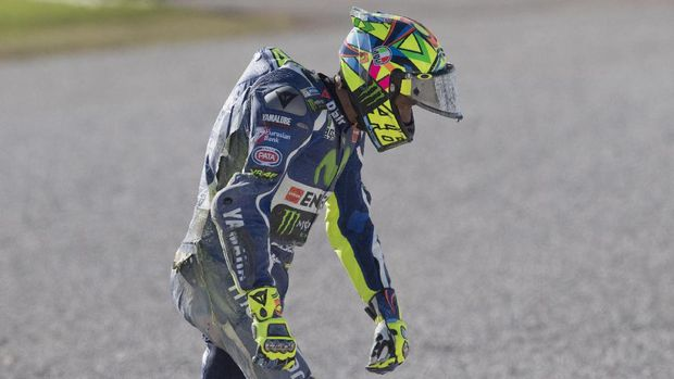 VALENCIA, SPAIN - NOVEMBER 15:  Valentino Rossi of Italy and Movistar Yamaha MotoGP walks out of track after crashed out during the MotoGp Tests In Valencia at Ricardo Tormo Circuit on November 15, 2016 in Valencia, Spain.  (Photo by Mirco Lazzari gp/Getty Images)
