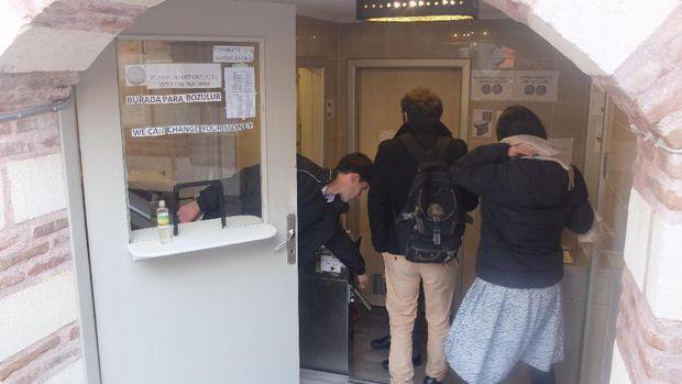 Setelah membayar baru traveler bisa masuk ke dalam toilet (Rois/detikTravel)