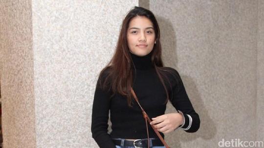 Monita Tahalea Tampil Simple dan Chic