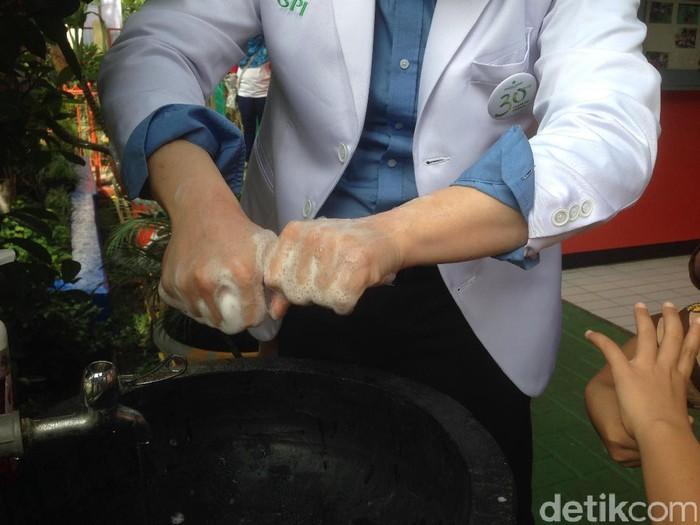 Foto: Jangan lupa rajin cuci tangan dengan sabun supaya kuman berbahaya tidak mudah ikut masuk ke tubuh lewat mulut. (Foto: Radian Nyi S/ detikHealth)