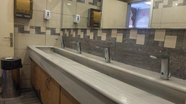 Air di WC ini bisa diatur alirannya (Rois/detikTravel)