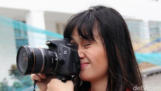 Gritte Agatha Sibuk dengan Kamera Kesayangannya
