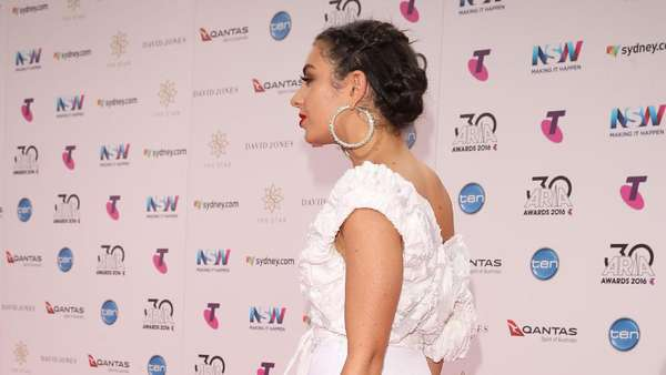 Oops, Charli XCX Hampir Memperlihatkan Bokongnya di ARIA 2016