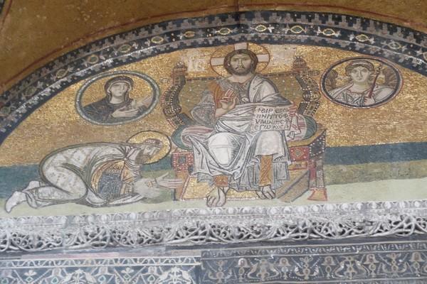 Namun sebelum ditetapkan menjadi masjid, Hagia Sophia memiliki sejarah panjang. Pada zaman Kekaisaran Byzantium, Hagia Sophia merupakan sebuah gereja. (Foto: Rois Jajeli/detikTravel)