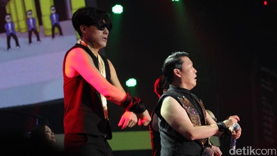 Berjoget Massal Bersama PSY di Konser Oppo
