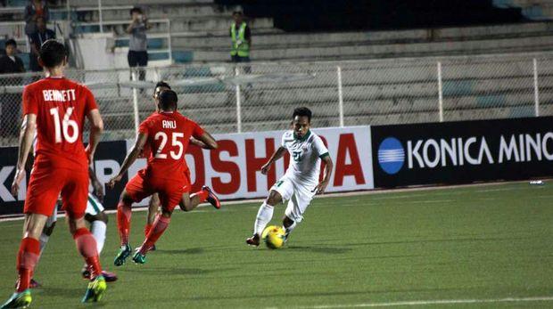 Andik Vermansah membela Timnas Indonesia menghadapi Singapura di Piala AFF 2016.