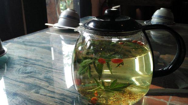 Sajian teh yang terbuat dari daun-daunan dan buah beri (Wahyu/detikTravel)