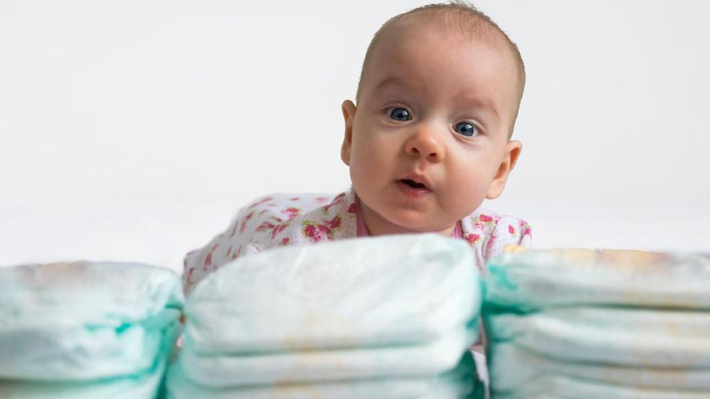 Menurut Bunda, Perlu Nggak Sih Ada Ruang Ganti Popok Bayi di Toilet Pria?