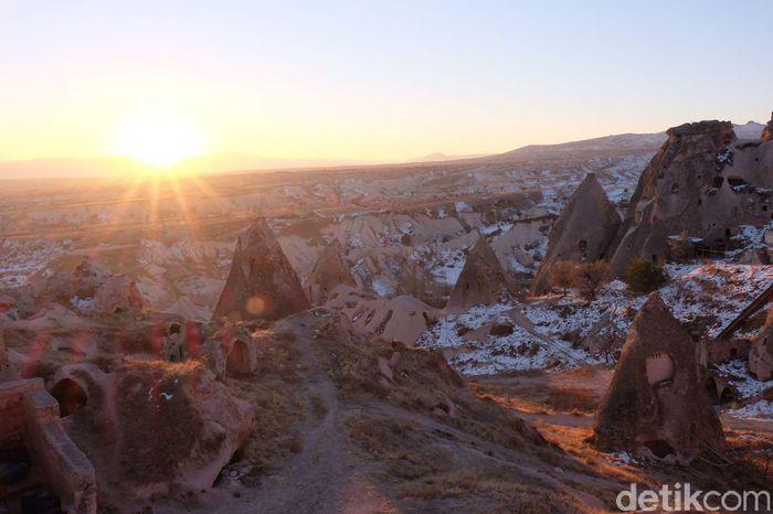 Pemandangan cantik Cappadocia dari Hotel Millstone di Uchisar, Turki