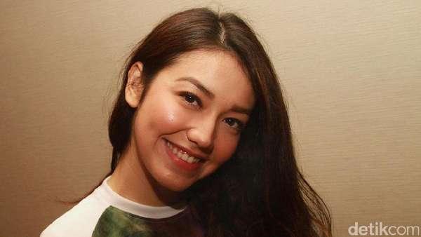 Velove Vexia, Senyum Kamu Manis Banget Sih!