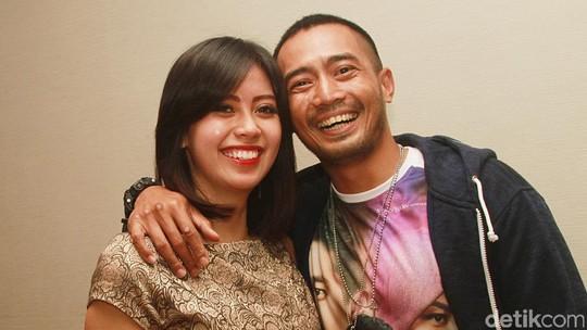 Yama Carlos dan Sang Pacar yang Beda Usia 12 Tahun