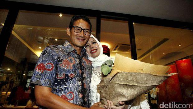 Sebelum memulai agenda blusukan, calon wakil gubernur DKI Jakarta Sandiaga Uno menyempatkan diri dengan memberikan kejutan membawa kado bunga mawar, saat perayaan ulang tahun istri tercinta, Nur Asia, yang ke-47.