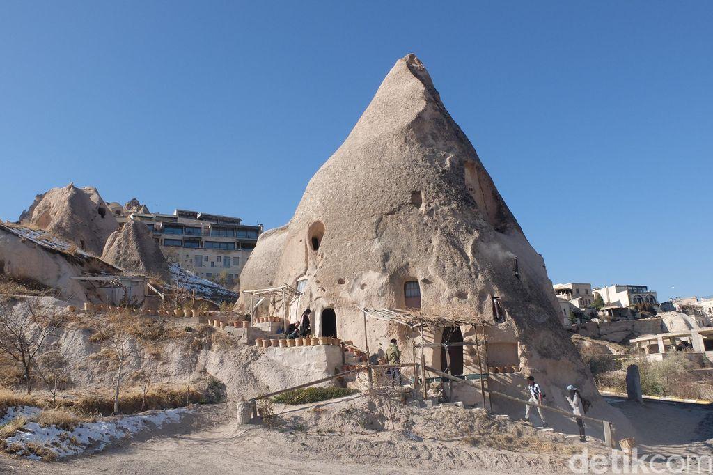 rumah tradisional di dalam gua batu