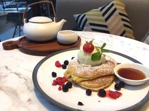 Lewis & Carroll Tea: Menghirup Teh <i>Bed of Roses</i> Ditemani <i>Berry Farm Pancake</i> yang Manis Lembut