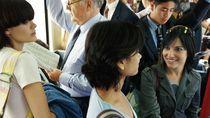 Beri Kursi Wanita Hamil di Kereta, Bocah Berseragam Sekolah Ini Viral