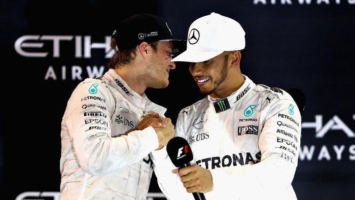 Nico Rosberg dan Lewis Hamilton saat masih setim di Mercedes GP (Clive Mason/Getty Images)